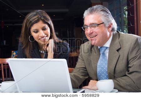 Mujer y hombre de negocios