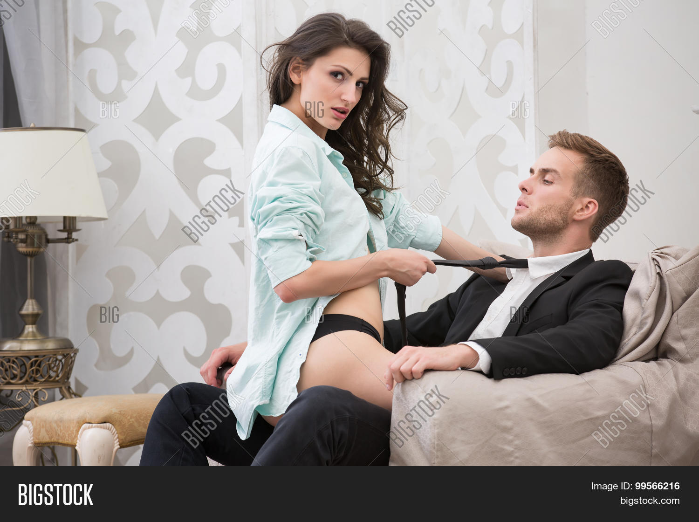 Смотреть онлайн бесплатно как две зрелые девушки садятся парню на язычок, Ухоженная русская дама заставила парня вылизывать 25 фотография