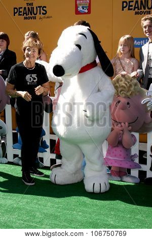 LOS ANGELES - NOV 1:  Jean Schultz, Snoopy at the