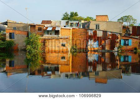 Riverside Downgrade House, Brick Wall, Poor