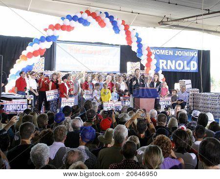 FRESNO - OCT 4: Arnold Schwarzenegger, Maria Shriver at the CA Comeback Express Bus Tour in Fresno, CA on October 4, 2003.