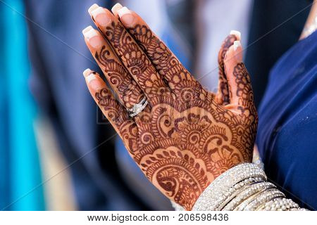 The intricate design of the mendi is mesmerizing