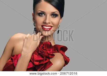 Portrait of glamorous brunette woman with bright evening maquillage