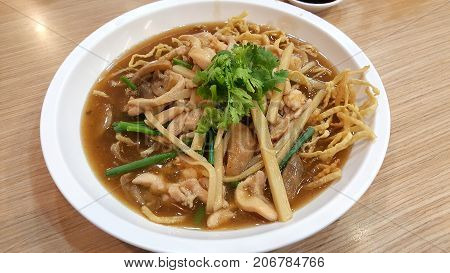 Crispy Noodles With Chicken In Thick Gravy