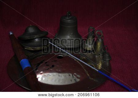 Cymbal a cupola con cimbalini, campanelle di vari misure con luce poco diffusa, scura