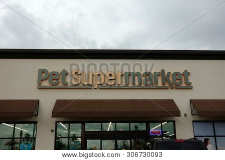 Orlando, Fl/usa-6/16/19: A View Of The Storefront Of Pet Supermarket.  Pet Supermarket, Inc. Operate