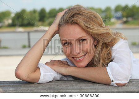 Donna sorridente di fuori