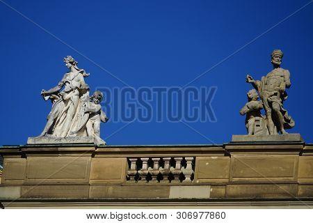 Statuen Auf Dem Dachfirst Vom Neuen Schloss In Stuttgart