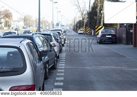 A Cold Autumn Morning On A City Street And Cars Parked In A Row. Cars Are Parked In The Suburbs