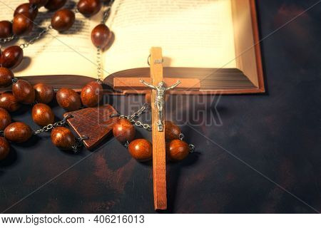 Big Wooden Rosary Beads And Crucifix Cross With Jesus And Bible Book,spiritual Atmosphere ,religion