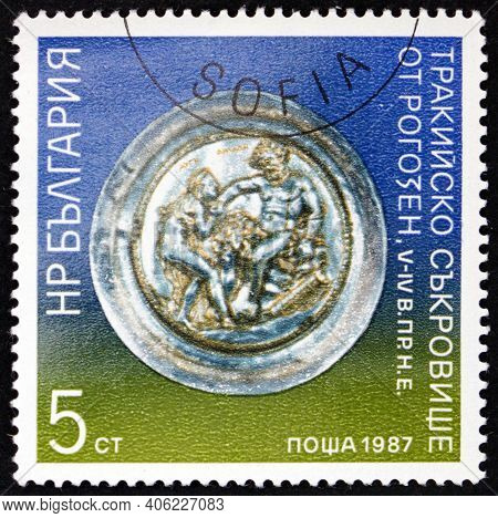 Bulgaria - Circa 1987: A Stamp Printed In Bulgaria Shows Plate, Priestess Auge Approaching Heracles,