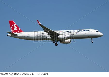 Vienna, Austria - May 13, 2018: Turkish Airlines Airbus A321 Tc-jtj Passenger Plane Arrival And Land
