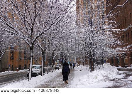 Philadelphia, Pennsylvania, U.s.a - February 2, 2021 - People Walking On The Street By Jefferson Uni