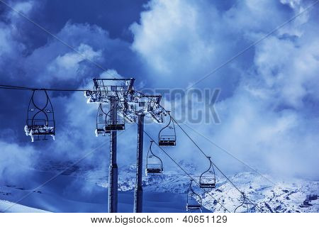 Photo chairlift on luxury ski resort in Faraya mountains, active lifestyle, winter sports, Christmas holiday, snowy mountain, skiing recreation outdoors, high transportation chair lift, Christmastime