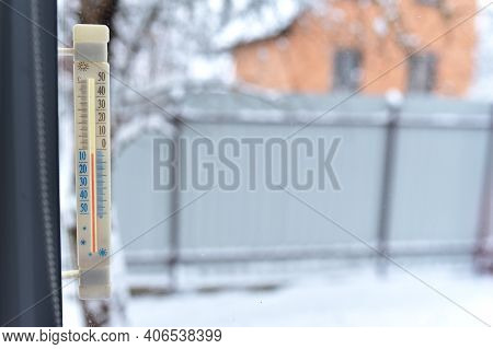 Thermometer For Measuring Outdoor Air Temperature. Meteorological Device For Observing And Measuring