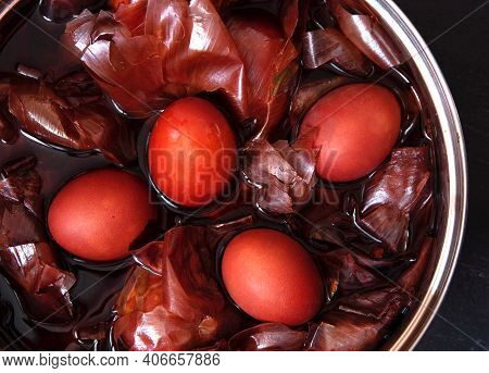 Naturally Colored Easter Eggs With Onion Skin.non-toxic Coloring Of Easter Eggs.