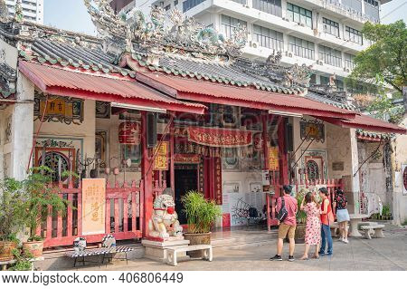 Bangkok/thailand-19 Jan 2020:unacquainted People In The Rong Kuak Shrine On Talat Noi.talad Noi (tal