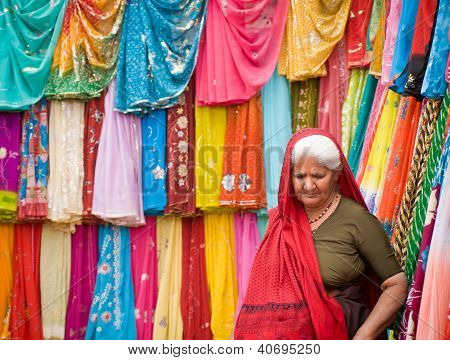 indische Frau einkaufen sari