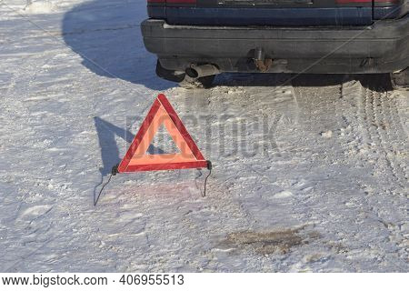 Street Lighting. White Snow. There's A Pack Sign On It. Warns Of A Car Breakdown Or Danger. It Is Ne