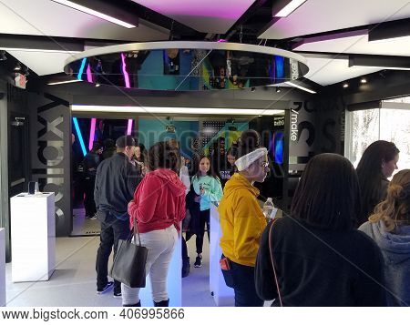 Chicago, Il April 13, 2019, People Attending The Samsung Experience Tour Pop Up Building Interior In