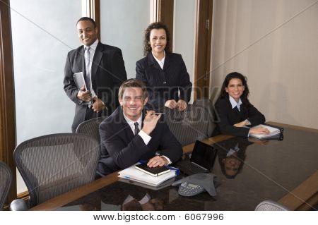 Multi-ethnic business team nella sala del Consiglio