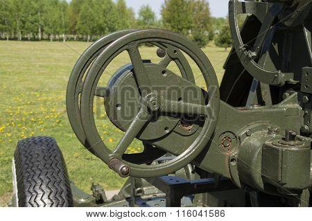 Two-hand wheel targeting anti-aircraft