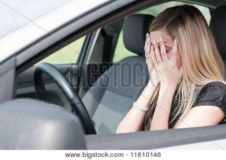 In Schwierigkeiten - Frau im Auto
