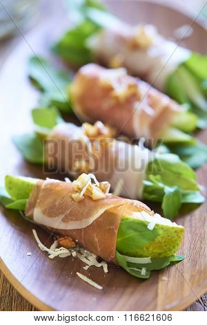 Ham rolls with pear, arugula and nuts