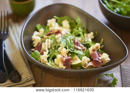 Pear salad with duck breast and popcorn