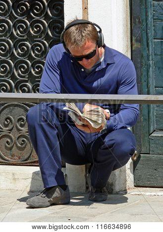 Daniel Craig relaxing in Venice
