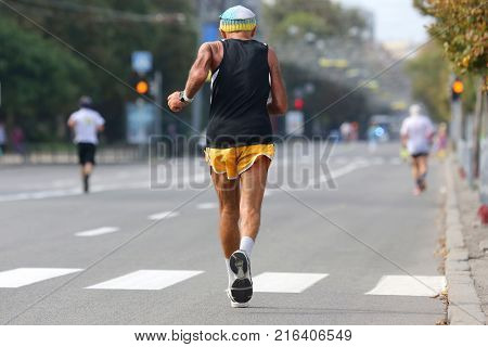 the a older athlete runs a marathon
