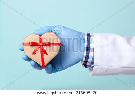 The doctor gives a gift as a gift to the heart. Organ transplantation saves lives.