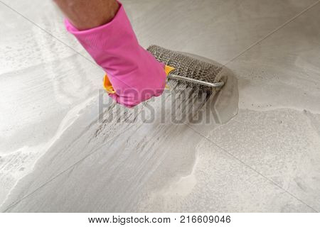 Leveling the floor using spiked roller