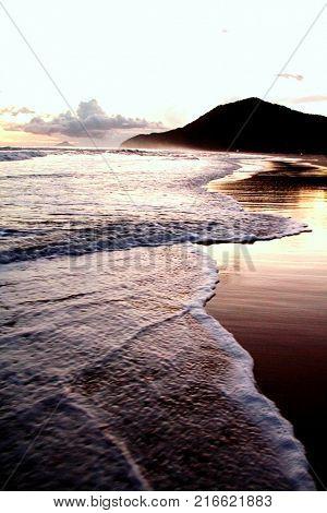 Vista da beira da praia ao por do sol