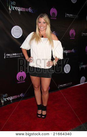 LOS ANGELES - 6 de JUL: Cassie McWilliams chegando no Dreamworld Benefit Concert para Whist caindo