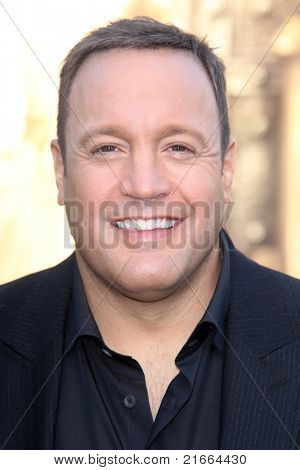 LOS ANGELES - 6 de JUL: Kevin James chegando na