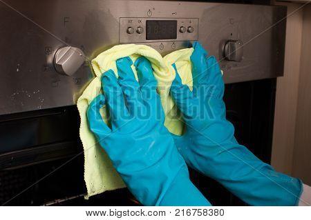 Cleaning Door Of Oven