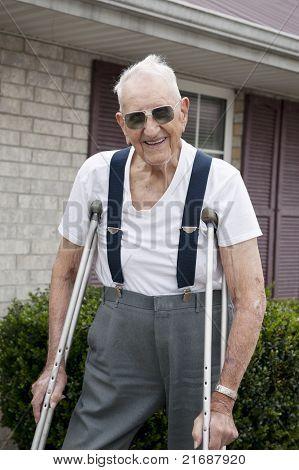 Älterer Mann mit Krücken
