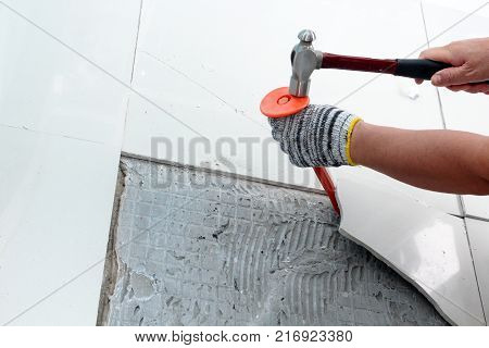 Homemade Replacing floor tiles Hand hammer steel rods to chisel handle by hand gloves to fight broke out from the floor the floor tiles