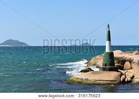 Faro En Playa Barra Da Lagoa, Florianópolis, Brasil (febrero 2018) Lighthouse At Barra Da Lagoa Beac