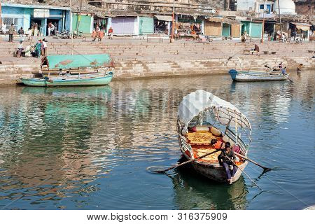 Madhya Pradesh, India: Riverboat On Indian River And Fun Time For Children Outdoor At Hot Day On Dec