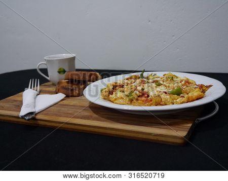 Kahvaltı Tabağında Omlet Ve Kızarmış Ekmekler, Kahve