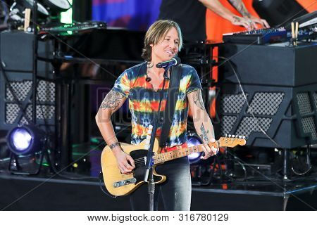 NEW YORK - AUG 9: Keith Urban performs on ABC's