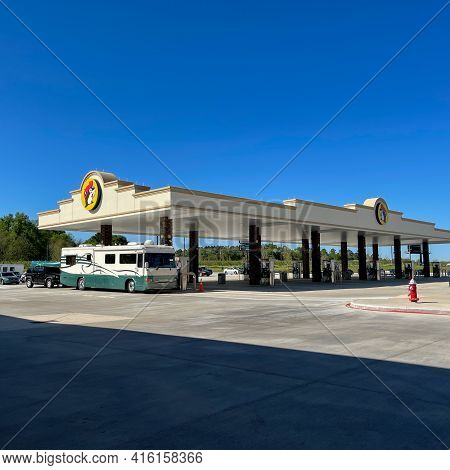 Fort Valley, Ga Usa-march 29, 2021: The Exterior Of A Buc Ees Gas Station, Fast Food Restaurant, And