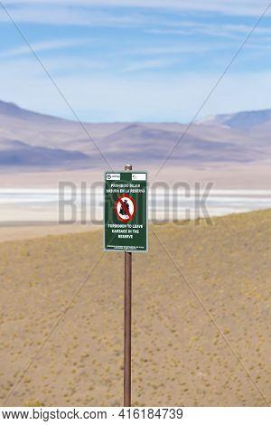 Eduardo Avaroa, Bolivia, Dec 31: Wooden Post Sign Saying Prohibido Votar Basura Written In Spanish (