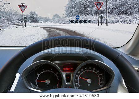 Motoristas de carro vista através do pára-brisas do veículo durante a condução em estrada coberta de neve se aproximando um