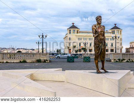 Syracuse, Sicily/italy - January 28 2018: Archimedes Statue And Ortea Palace Luxury Hotel