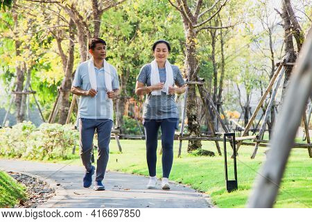 A Couple Of Older Asian Men And Women Wear Exercise Clothes Before Their Morning Exercises.men And W