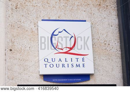 Bordeaux , Aquitaine France - 04 10 2021 : Qualite Tourisme Logo Brand Label And Text Sign State Gua