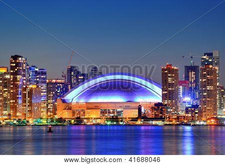 TORONTO, Canadá - 2 de julio: Rogers Center acercamiento en 02 de julio de 2012 en Toronto. Se inauguró en 1989 como